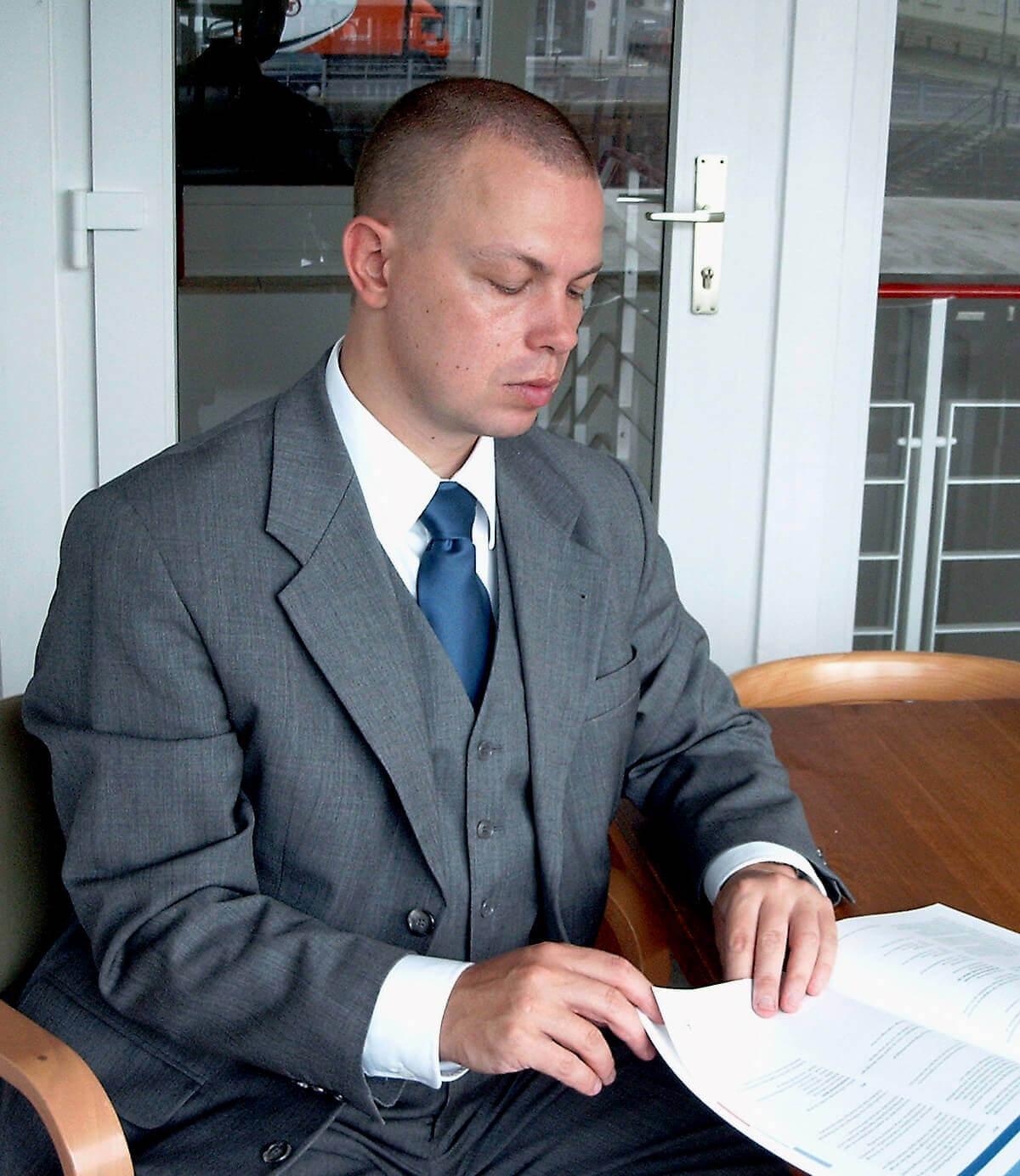 Mann im Anzug am Tisch (c) M. Fröhlich / pixelio.de