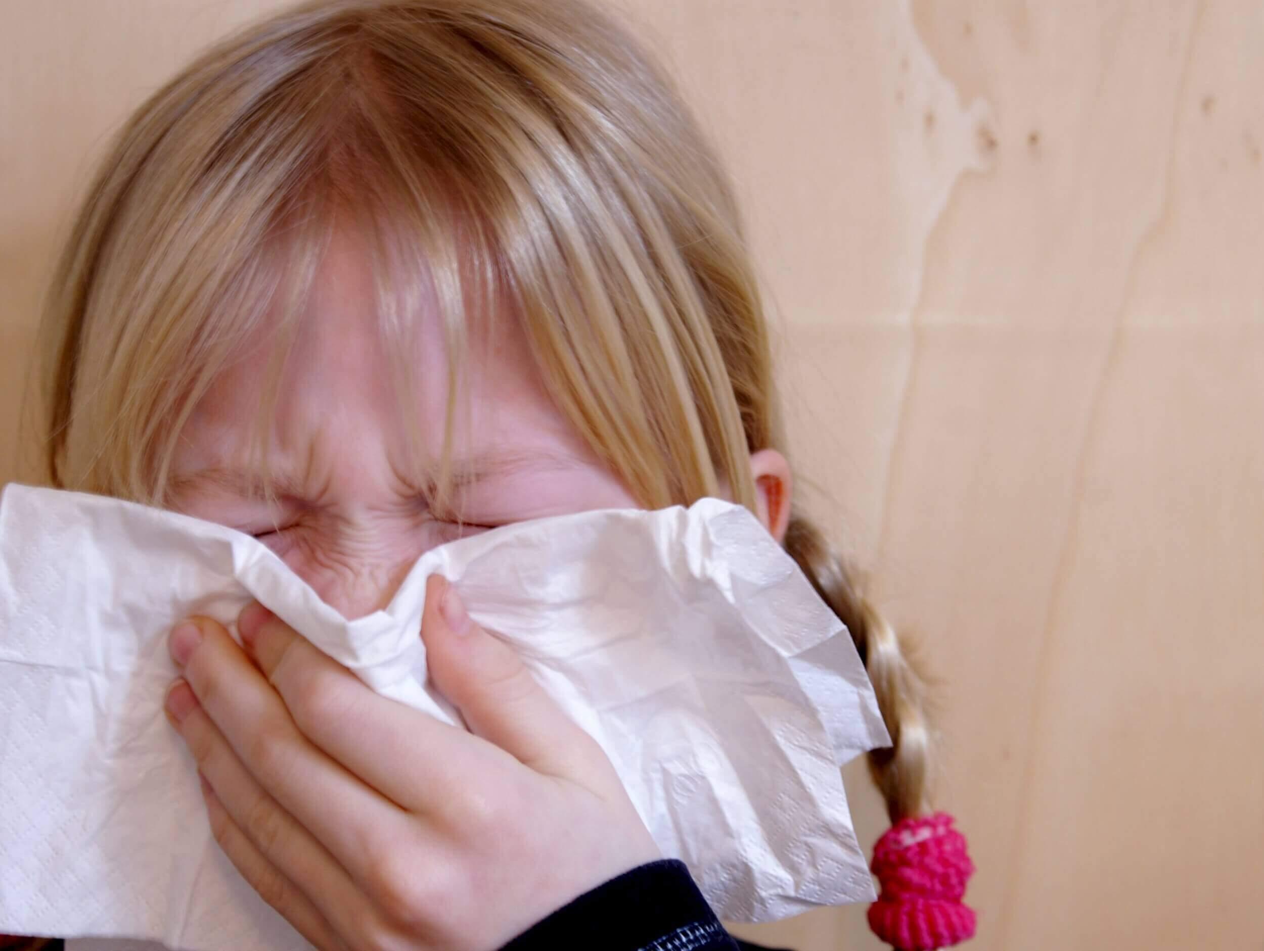 Schnupfen Erkältung krankes Kind (c) S. Hofschlaeger / pixelio.de