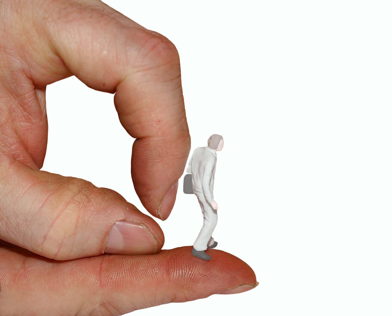 Arbeit | Kündigung | Figur auf Hand (c) S. Hofschlaeger / pixelio.de