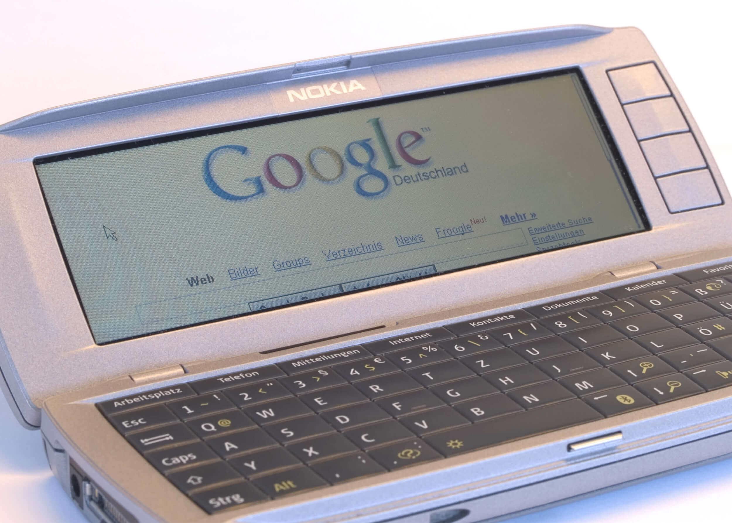 Handy mit Google Suche auf Display (c) dANCE-pHOTOS.de / pixelio.de