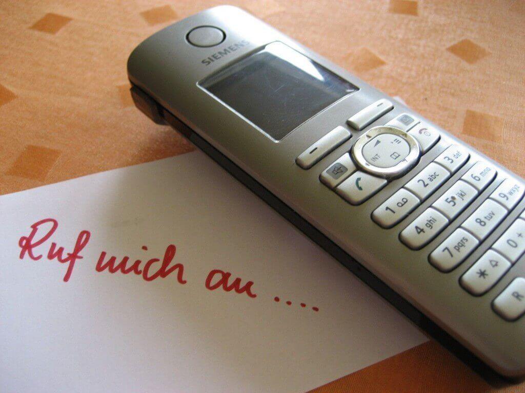 Telefon auf dem Tisch (c) Marion Löffler / pixelio.de