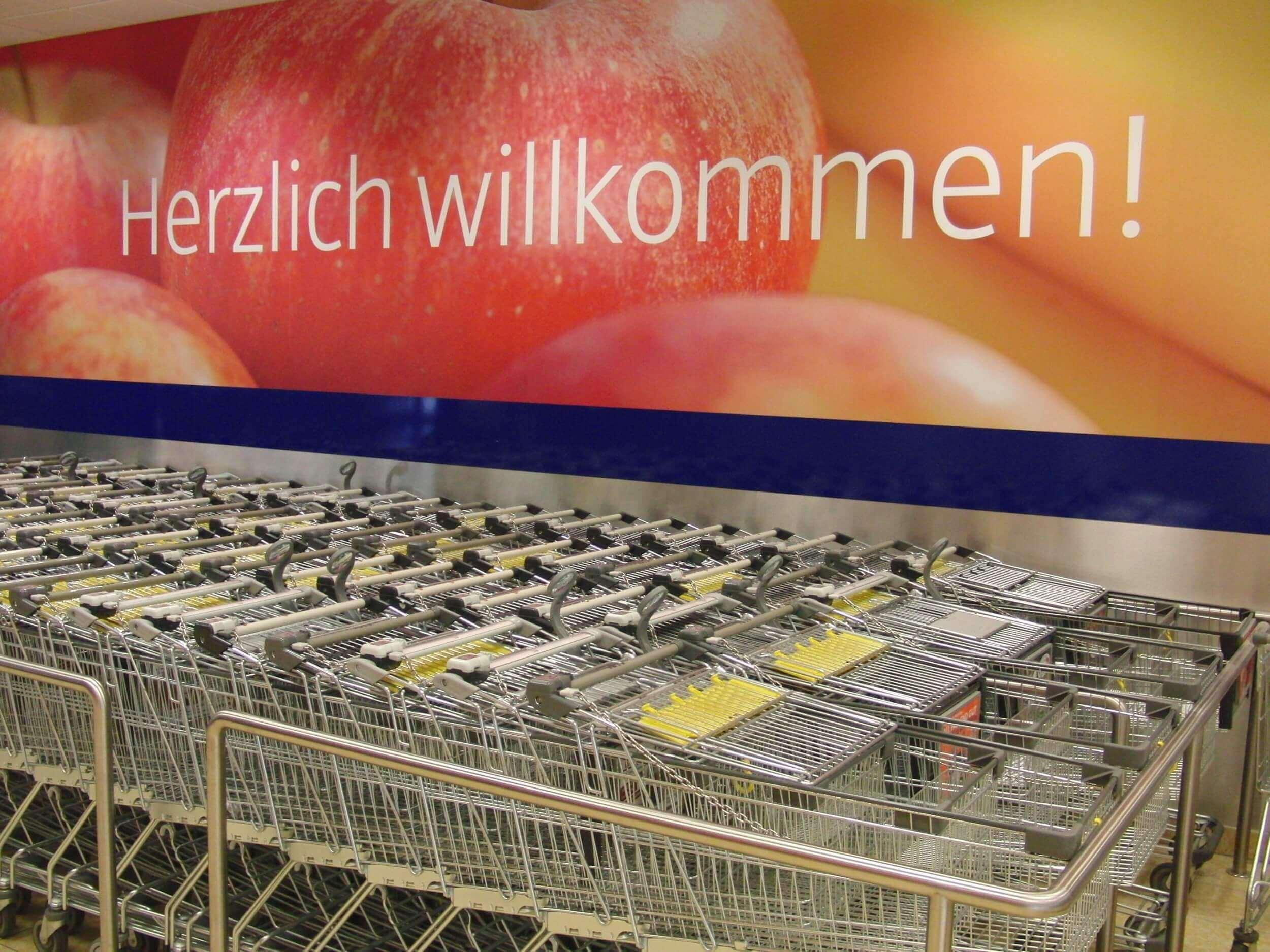 mit dem Einkaufswagen durch den Supermarkt (c) sirigel / pixabay.de