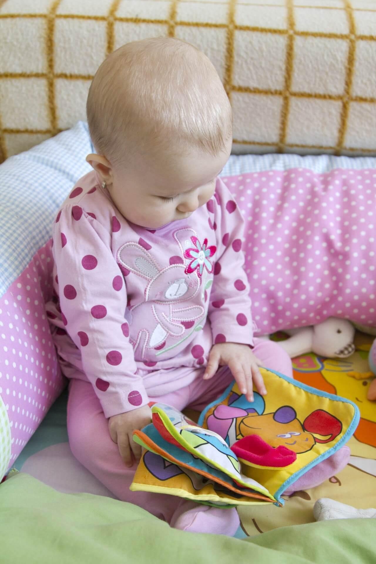 Baby schaut Buch an (c) PublicDomainPictures / pixabay.de
