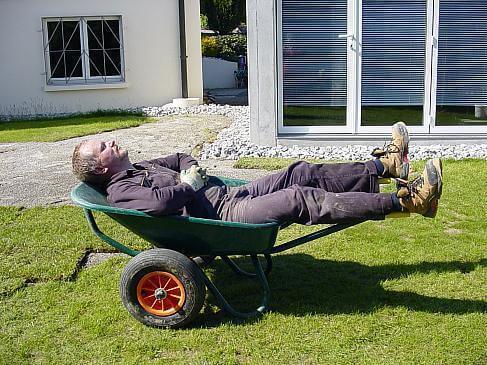 Mann schläft in der Schubkarre (c) Janine Vlach / pixelio.de