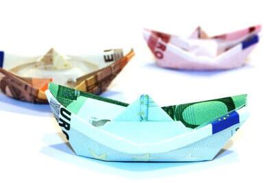 Reisekosten | Papierschiff aus Geldschein (c) Benjamin Klack / pixelio.de