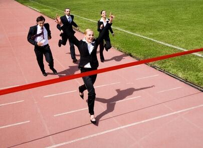 Junge Frau erreicht mit dem Berufseinstiegsermöglicher das Ziel (c) pressmaster - Fotolia.com